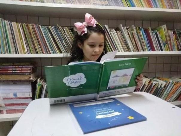livro estudante cg1312 1 300x225 - Escola promove noite de autógrafos com livros escritos por estudantes em Campina Grande