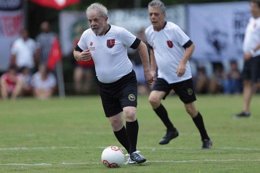 lula e chico buarque - BATENDO UM BOLÃO: Lula joga futebol com Chico Buarque em campo do MST dois anos após ato de desagravo