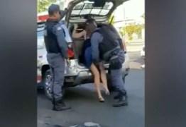 Cidadãos reagem à abuso de policiais ao abordarem mulher