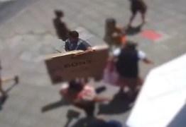 PRESENTE DE NATAL? Homem entra em loja, pega TV e sai caminhando calmamente com produto – VEJA VÍDEO
