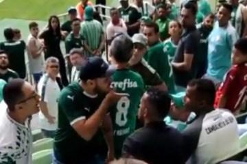 Torcedores são expulsos da arena por não estarem com camisa do Palmeiras – VEJA VÍDEO