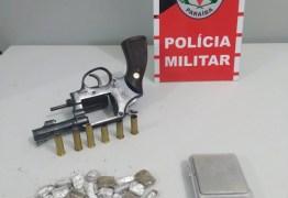 Polícia apreende arma e drogas com acusado de homicídio em Santa Rita