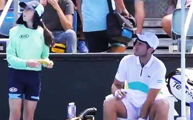 0wtl8pa1ofl8zfhy4ibsd905d - Tenista pede para pegadora de bolas descascar sua banana e leva bronca do juiz
