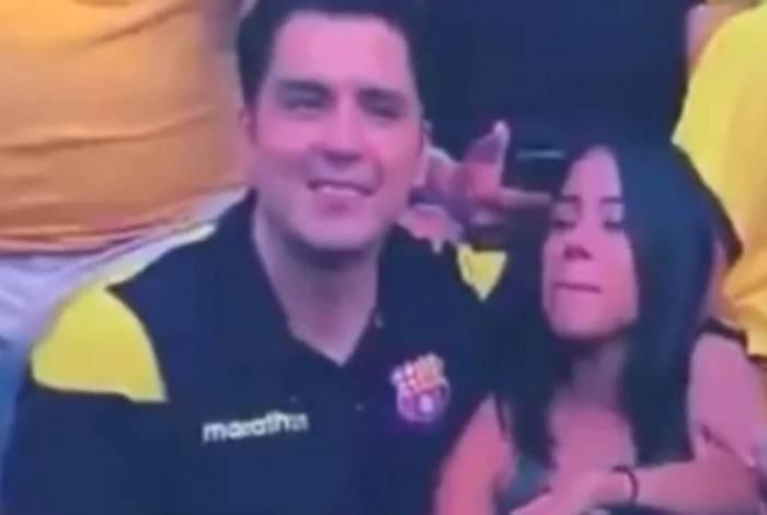 1 3ybsvux1fetir7w0hhypuzqqt 15233511 - Torcedor fica constrangido ao ver que é filmado beijando possível amante em estádio - VEJA VÍDEO