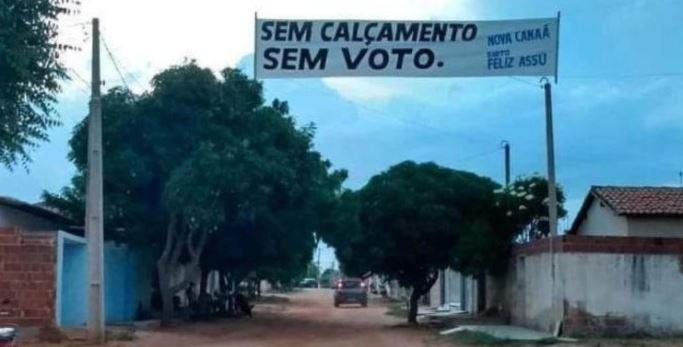 Capturar3 1 - 'SEM CALÇAMENTO, SEM VOTO': Moradores estendem faixa com exigências de obras