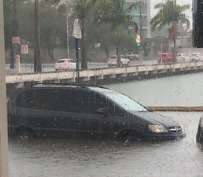 WhatsApp Image 2020 01 21 at 15.47.28 e1579632632531 - COM ÁGUA NA CANELA: Açude Velho transborda, chuva alaga ruas e água invade casas em Campina Grande - VEJA VÍDEO