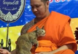 Monge tenta não rir após gato interromper meditação; VEJA VÍDEO