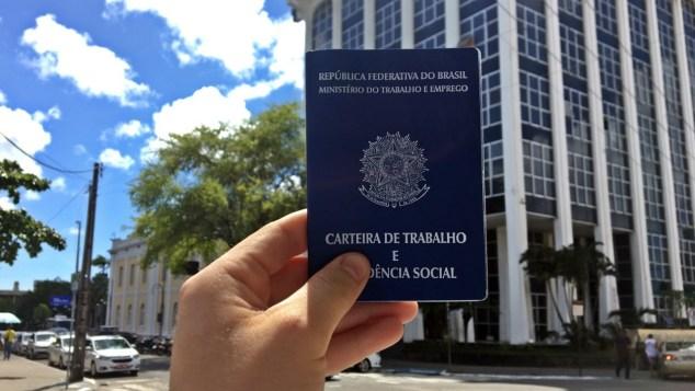 carteira de trabalho1 300x169 - Sine de Campina Grande divulga 13 vagas de emprego a partir desta segunda-feira
