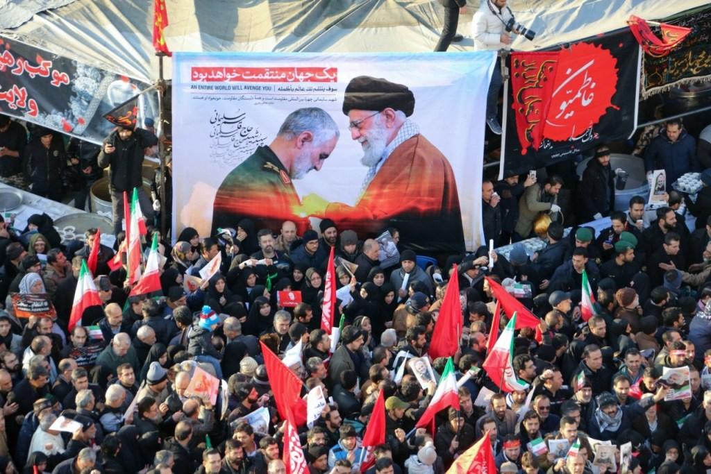 funeral 1024x683 - Ali Khamenei lidera multidão em homenagem a general iraniano em Teerã, no Irã