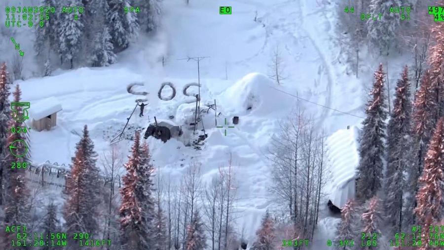 imagem dos patrulheiros estaduais do alaska registra o momento em que tyson steele foi localizado durante sobrevoo policial 1578858089683 v2 900x506 - Homem sobrevive semanas no Alaska e é encontrado após escrever SOS na neve