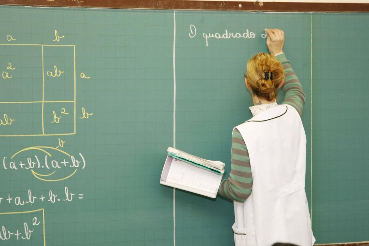 news interna PROFESSOR EM SALA DE AULA - Governo federal anuncia aumento do piso dos professores