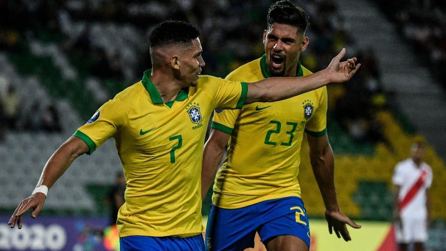 paulinho esq festeja gol contra o peru pela estreia no pre olimpico ao lado de yuri alberto 1579488713885 v2 900x506 - Brasil para no segundo tempo, mas vence o Peru na estreia do Pré-Olímpico