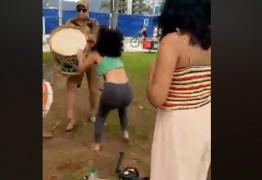 """VIOLÊNCIA GRATUITA: Policial interrompe com ensaio de grupo de maracatu e ofende integrante: """"Vadia"""" – VEJA VÍDEO"""