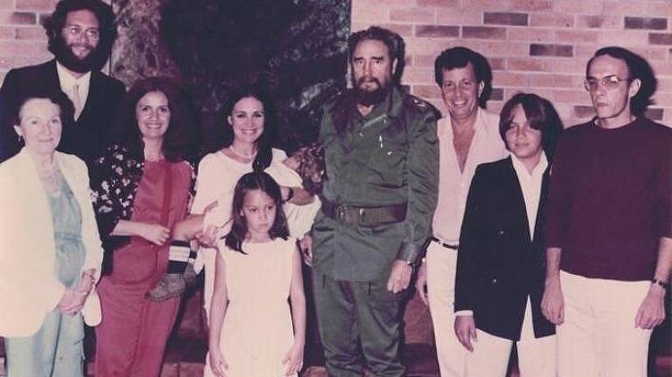regina duarte posa para foto ao lado de fidel castro imagem foi registrada durante a viagem da atriz a cuba em 1984 1579561296824 v2 750x421 - Monitorada, Regina Duarte era vista como militante de esquerda pela ditadura