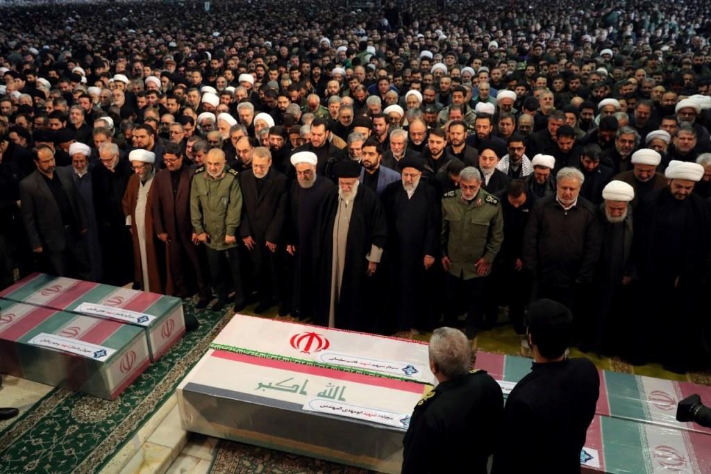 reuters aiatola khamenei 1024x683 - Ali Khamenei lidera multidão em homenagem a general iraniano em Teerã, no Irã
