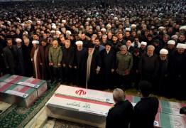 Ali Khamenei lidera multidão em homenagem a general iraniano em Teerã, no Irã