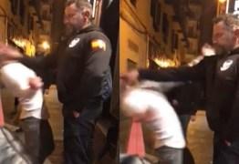 """Jovem faz graça com policial espanhol, leva """"fritada"""" na cara e desmaia"""