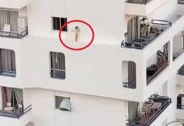 PERIGO: Criança atravessa beirada no quinto andar de prédio; VEJA VÍDEO