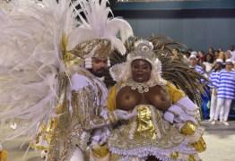 Jojo Toddynho encara Xica da Silva e desfila com os seios à mostra na Beija-Flor
