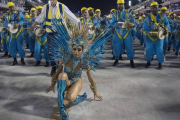 1 dsj carnarj025 15899101 - 'Várias rainhas passaram por isso', desabafa Lexa após queda durante desfile