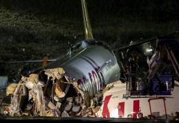 Avião com 177 passageiros e 6 tripulantes sai da pista e se parte em aeroporto na Turquia – VEJA VÍDEO