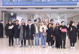 Elenco de 'Parasita' é aclamado em aeroporto após retornar para a Coreia do Sul – VEJA VÍDEO