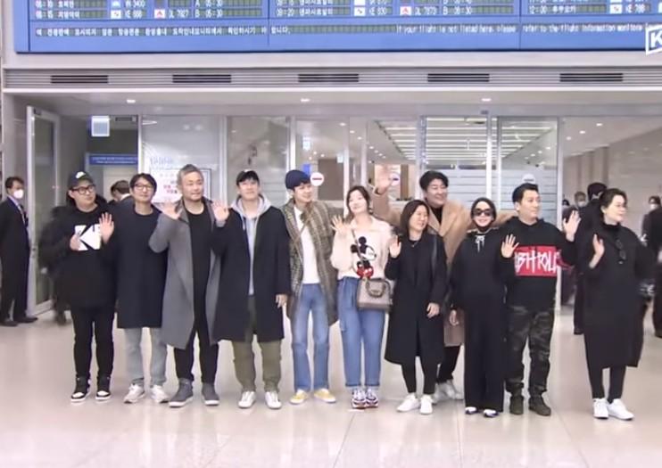 Capturar 25 - Elenco de 'Parasita' é aclamado em aeroporto após retornar para a Coreia do Sul - VEJA VÍDEO