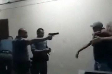 agressao pm 19022020093219388 - VIOLÊNCIA POLICIAL: PMs são afastados após vídeo mostrar agressões a alunos em escola - ASSISTA