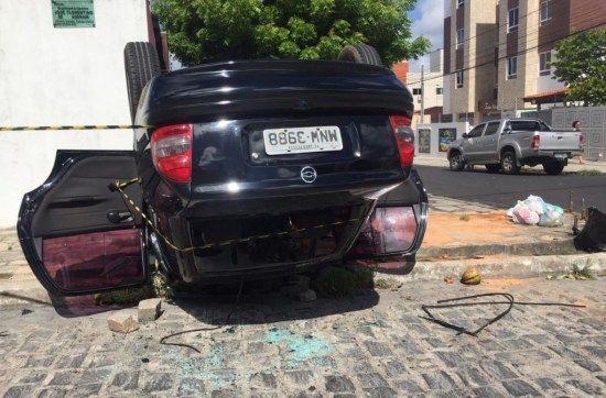 Capotamento de carro deixa motorista ferido no bairro dos Bancários
