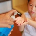 crianca utilizando alcool gel - Alunos da Paraíba receberão material de higiene contra Coronavírus