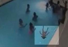 Criança se afoga por 4 minutos em piscina sem ninguém notar