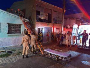descarga elétrica 696x522 300x225 - EM VÍDEO: Homem sofre descarga elétrica enquanto tentava religar energia de casa em Campina Grande