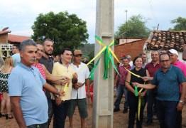 Prefeita de município do Piauí inaugura poste de energia e vira piada na web