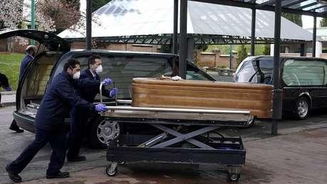 111401487060773639 - CRISE DO CORONAVÍRUS: Funcionários de asilo abandonam idosos e militares encontram corpos ainda nas camas