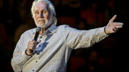 17b3af69e171086bed0cd943ca665e66458c5ca3 418x235 1 - Morreu Kenny Rogers, ícone da música country