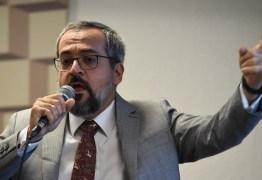 """Ministro da Educação fala em """"limpar aos poucos"""" livros de história"""