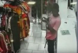 Homem passa álcool em gel nas mãos antes de furtar loja: VEJA VÍDEO