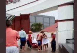 ILHADOS E PELADOS – Casais são resgatados de bote após alagamento em motel; VEJA VÍDEO