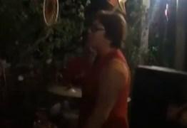 Se jogou na dança: Márcia Lucena não se deixa abalar por medidas cautelares e aproveita festa em sua residência – VEJA VÍDEO