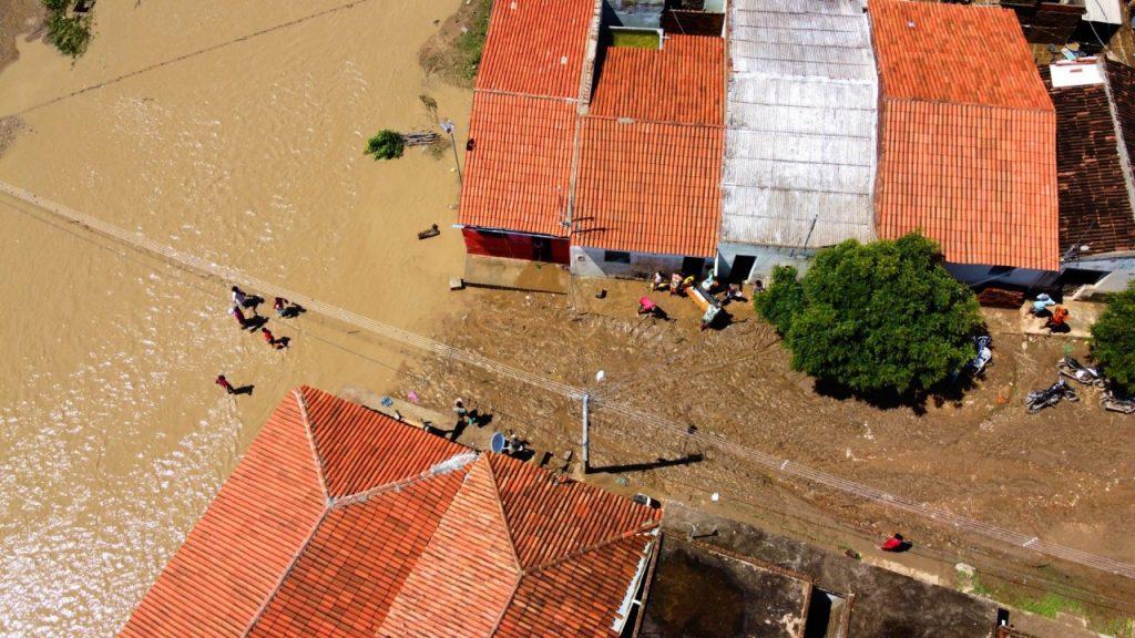 Cinco açudes estouram e inundam ruas de São Sebastião do Umbuzeiro 4 1920x1080 1 1024x576 - No Cariri: Cinco açudes estouram e inundam ruas de São Sebastião do Umbuzeiro, na PB - VEJA IMAGENS