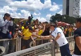 Jair Bolsonaro deixa isolamento e cumprimenta manifestantes em Brasília; VEJA VÍDEO