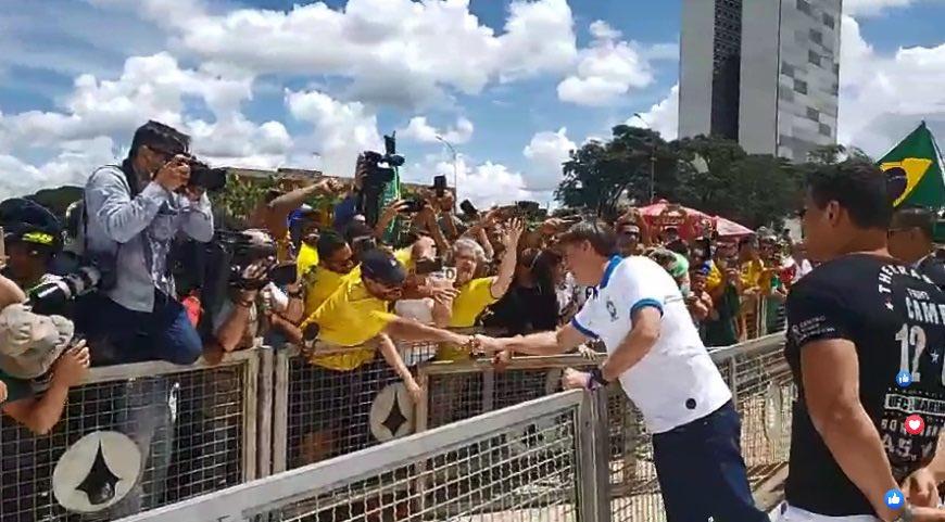 ETKefnqWoAE0QKX - Jair Bolsonaro deixa isolamento e cumprimenta manifestantes em Brasília; VEJA VÍDEO