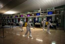 Espanha passa de 1 mil mortos; Vietnã põe viajantes em bases militares
