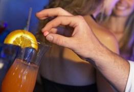 'BOA NOITE CINDERELA': Mulher troca bebida batizada e possível agressor desmaia