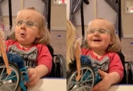 Menina tem reação inesperada ao ganhar de boneca de cadeira de rodas; VEJA VÍDEO