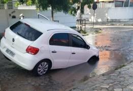 Digital influencer cai em cratera no meio da rua em João Pessoa; VEJA VÍDEO