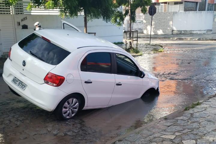 carro buraco - Digital influencer cai em cratera no meio da rua em João Pessoa; VEJA VÍDEO
