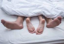 Especialistas explicam se coronavírus pode ser transmitido pelo sexo