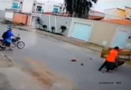 Cena revoltante: policial saca arma para homem que estava agredindo cavalo