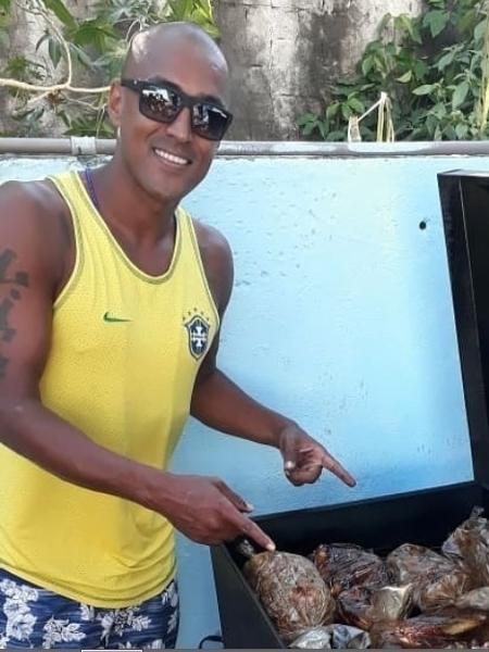 douglas silva ex flamengo e athletico pr vende costela no bafo 1585324843786 v2 450x600 - CRIATIVIDADE NA CRISE: Ex-volante do Flamengo entrega costela no bafo para sobreviver